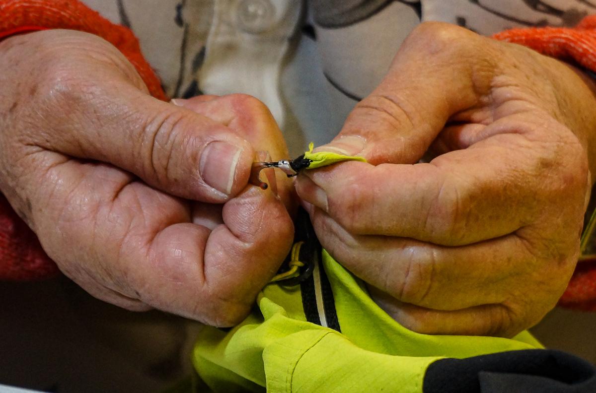 Réparation du zip par une couturière dans les ateliers de réparation Green Wolf. ©Nathalie Ecuer